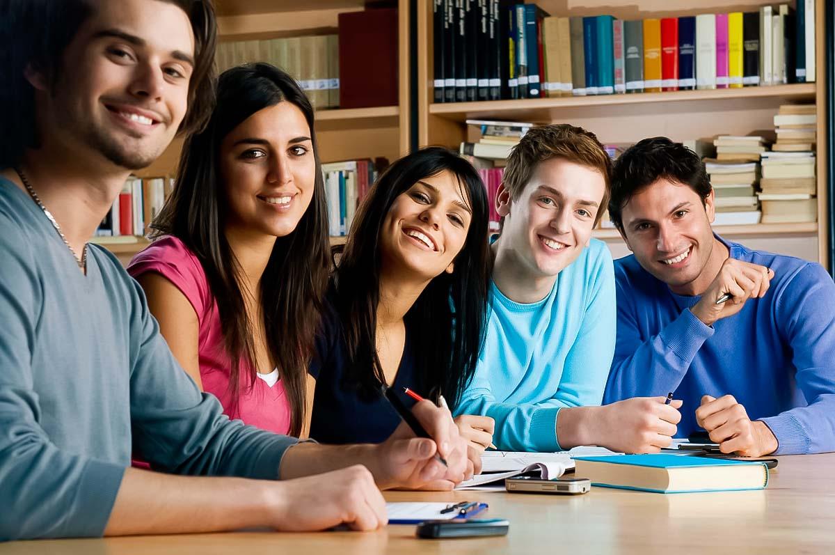 Un gruppo di giovani internazionali impara una nuova lingua: la lucidatura