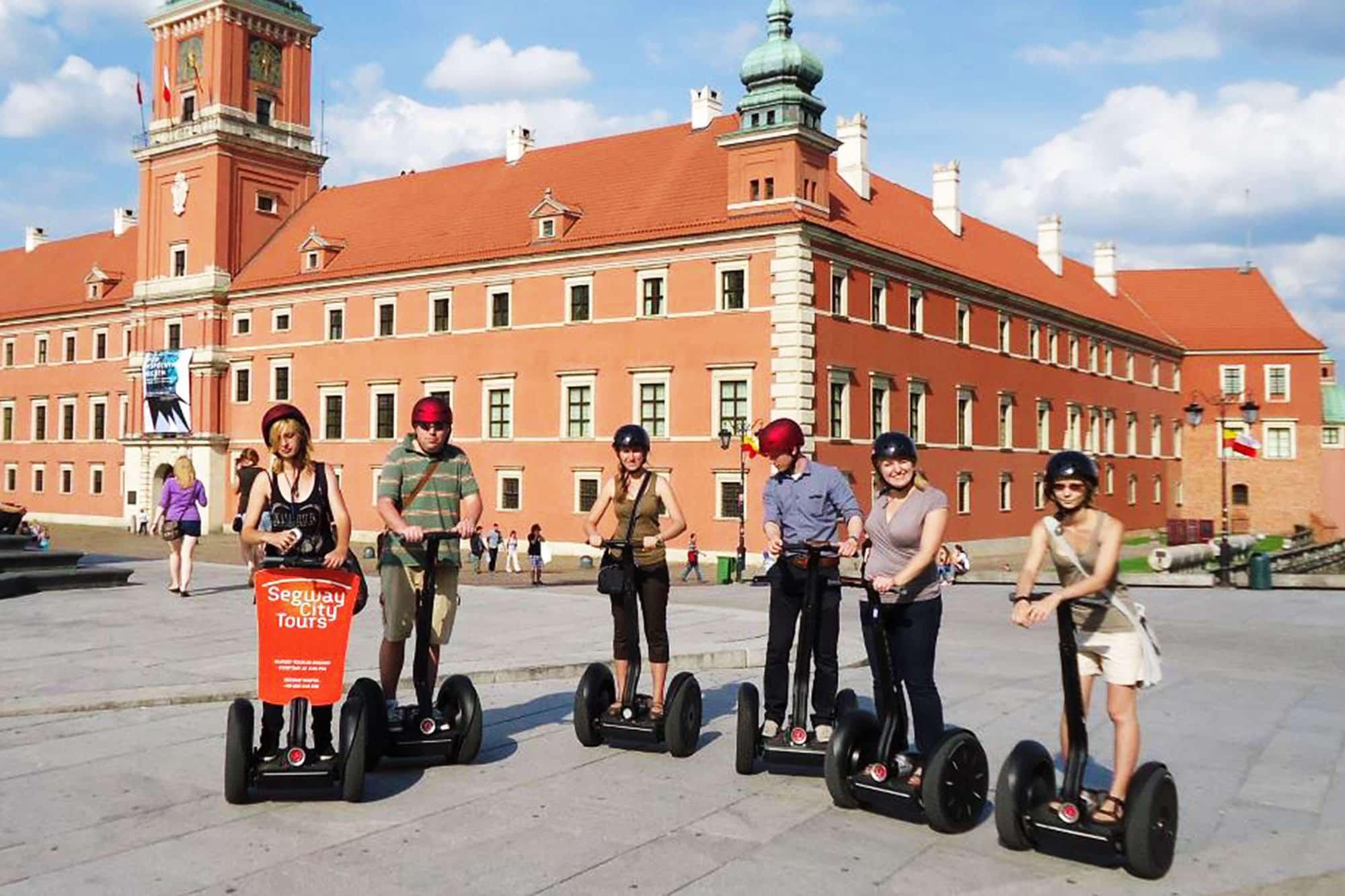 Группа людей на segways в туре рядом с Королевским замком