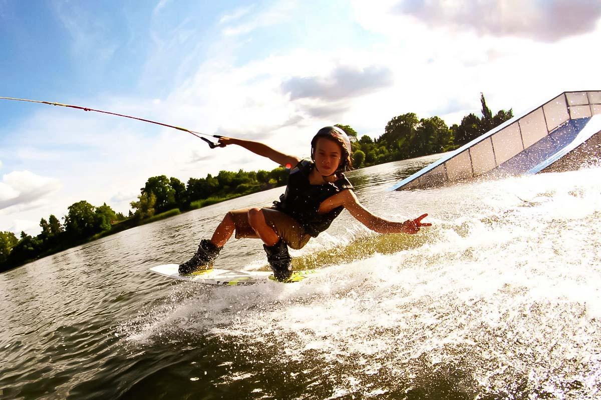 Persona que se divierte en la experiencia de wakeboard en Varsovia