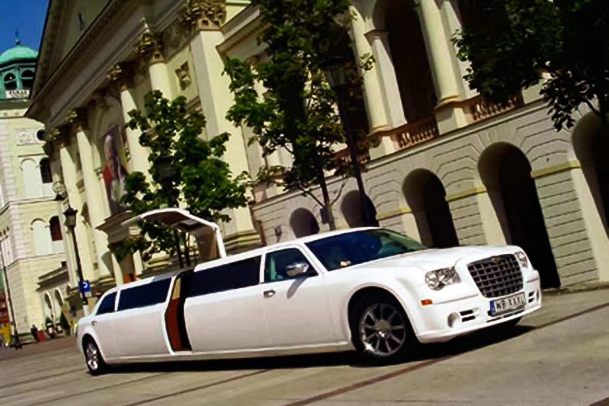 Chrysler jest gotowy gościć grupę ludzi do 15 dzięki naszym luksusowym transportom limuzynym zi na warszawskie lotniska