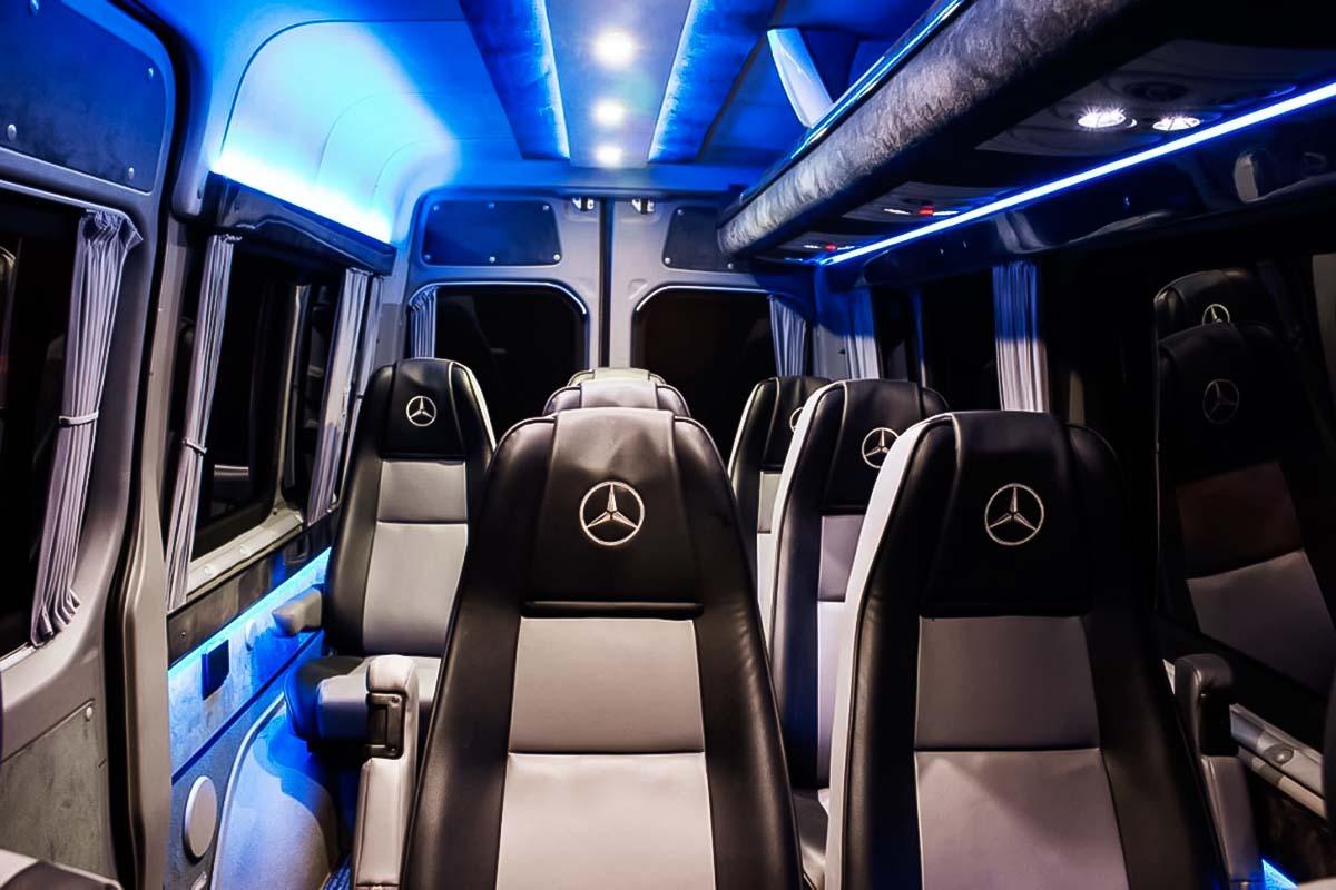 Las luces VIP azules iluminan el interior del automóvil mercedes sprinter vip que proporciona un grupo de modificaciones modlin o chopin en Varsovia