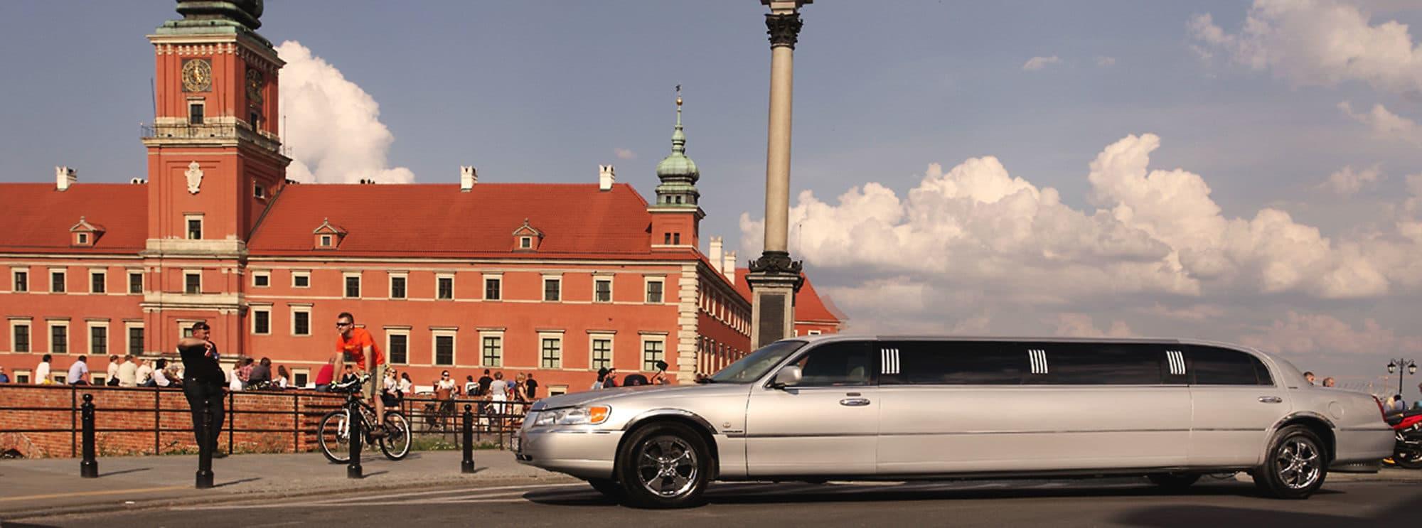 Transfer z lotniska Modlin z naszą lincoln limuzyną prosto do Twojego mieszkania w Warszawie