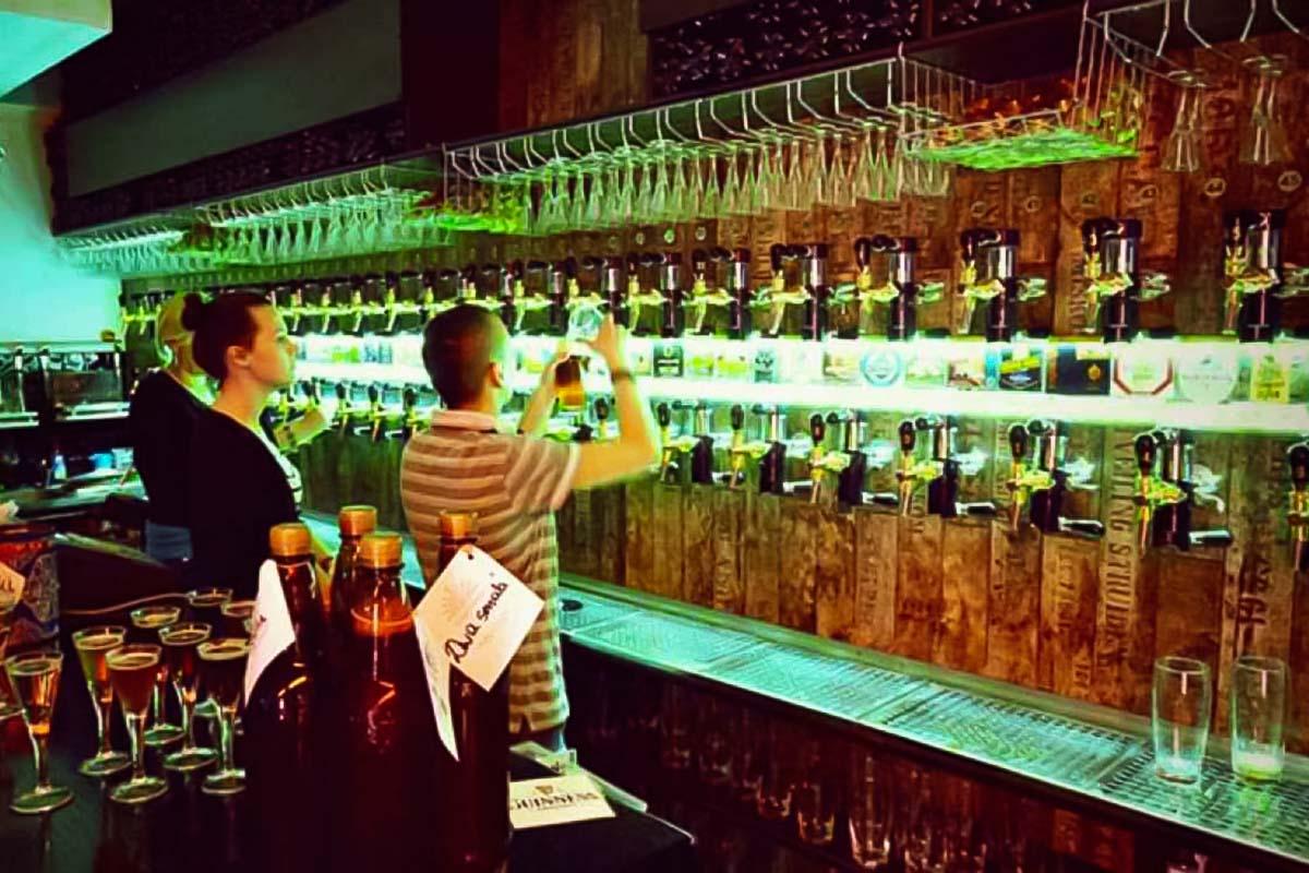 Durante il tour prova alcuni campioni da uno dei più famosi pub di birra artigianale di Varsavia