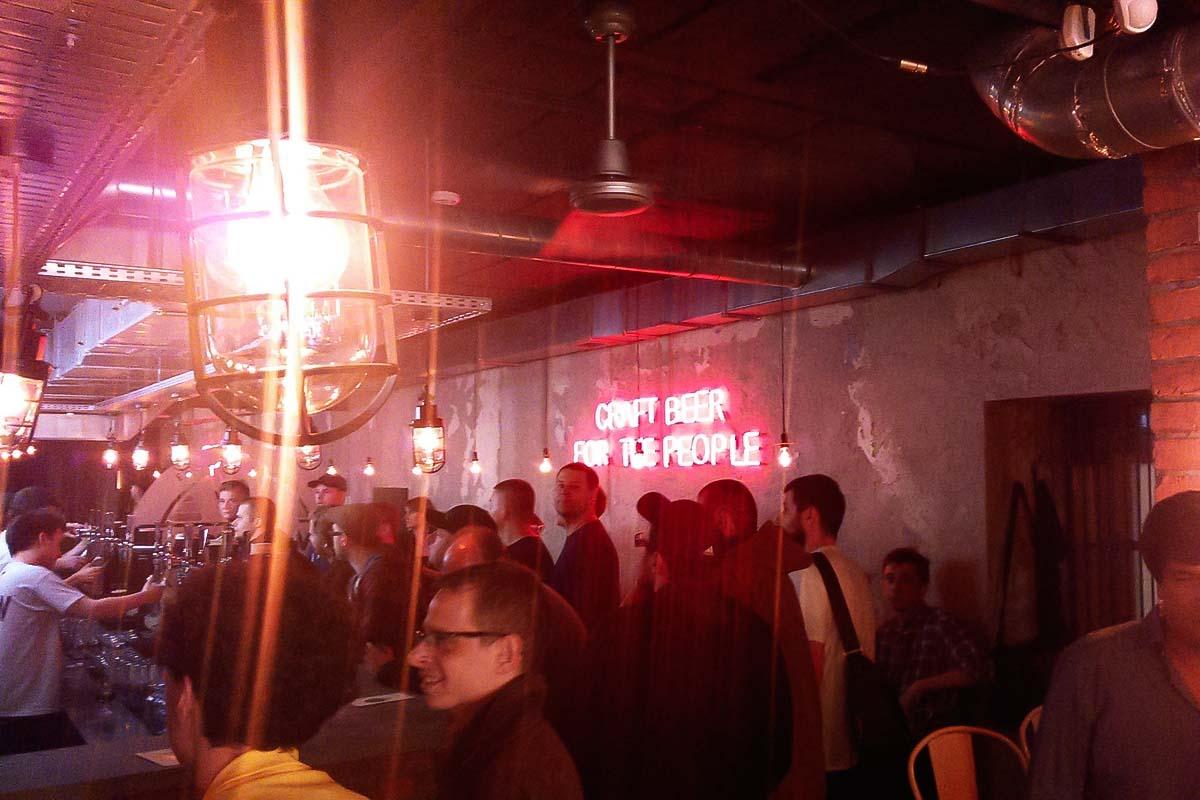 Un sacco di gente che prova varietà di birre a Varsavia