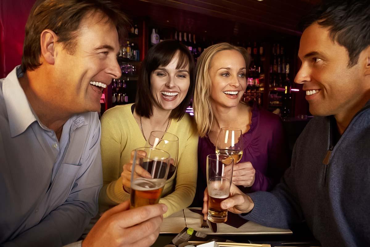 קבוצה של שוודים נהנים בבירה מבשלת בירה טעימה בגדנסק