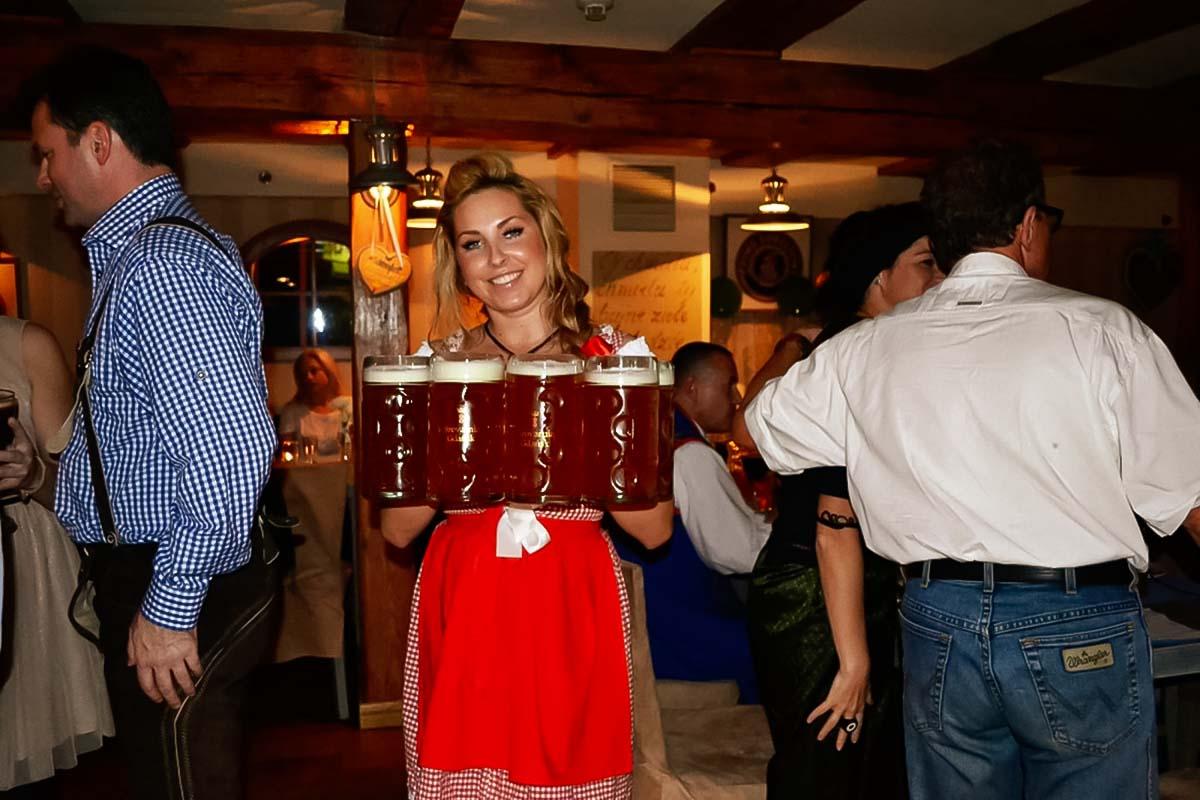 מלצרית מדהימה עם קומץ בירות המעניקות טעם של תרבות מקומית בסיור הבירה בטדאנסק