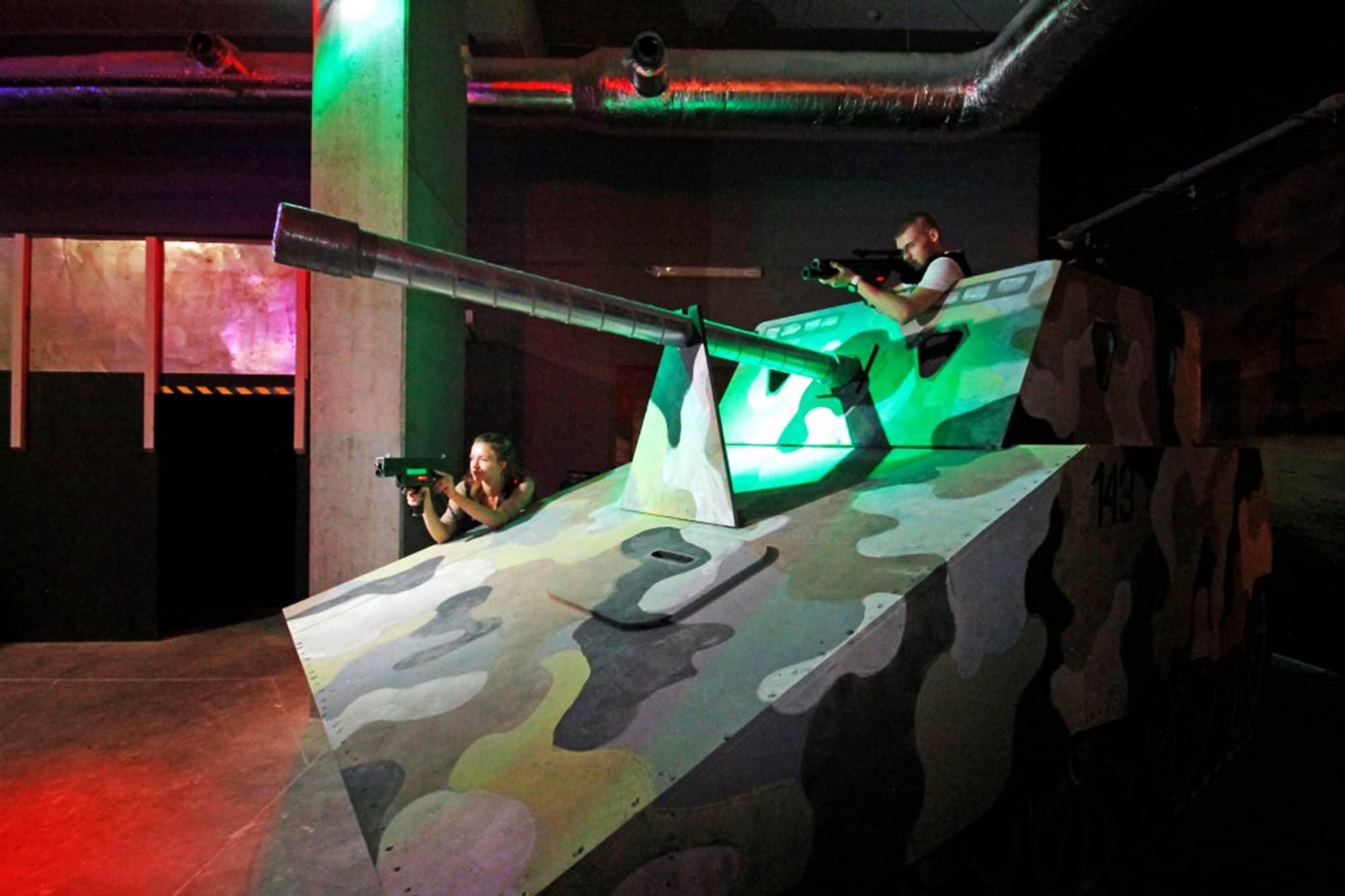 Dölj bakom kommunisttanken under lasertaggen gdansk-spelet