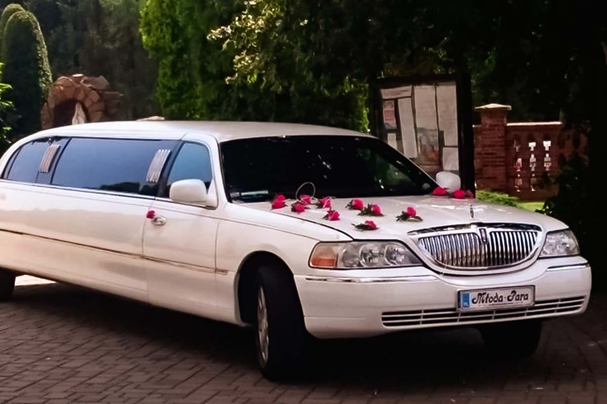 Lincoln limousine in Krakow will make you have so much fun before going clubbing in Krakow