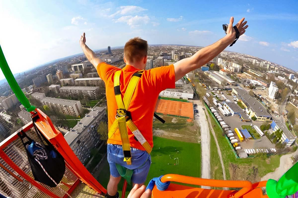 Gehen Sie gefährlich und tun Sie etwas Verrücktes. Bungee-Jumping ist ein Muss, wenn Sie auf einem Junggesellenabschied in Krakau sind.