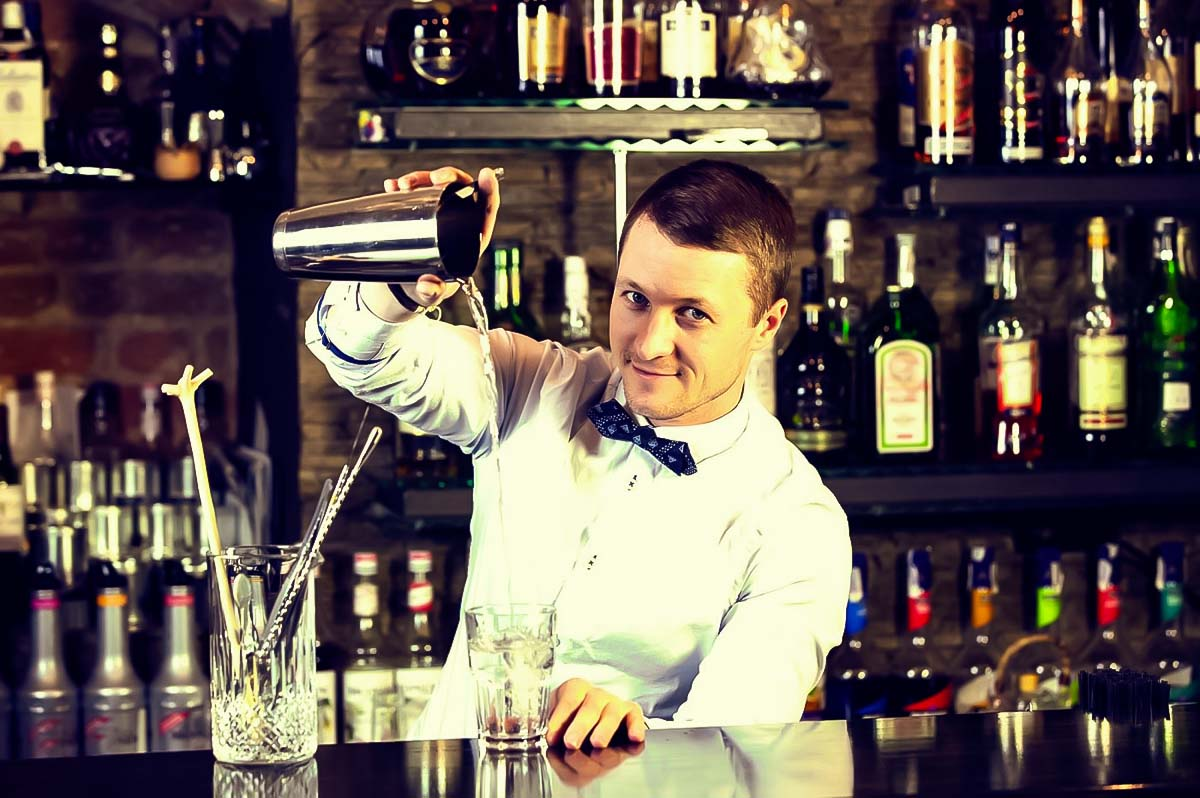 Book now a cocktail workshop in warsaw with a professional bartneder during your warsaw trip
